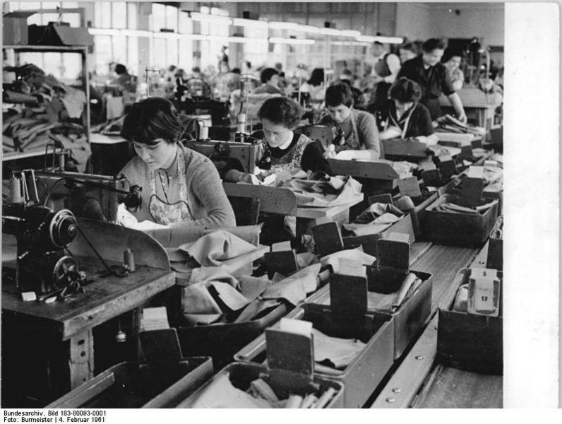Bundesarchiv Bild 183 80093 0001 VEB Kleiderwerke Diamant Plankontrolle - Gerechte Arbeitsbedingungen